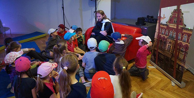Zdjęcie przedstawiające spotkanie Andersena z dziećmi